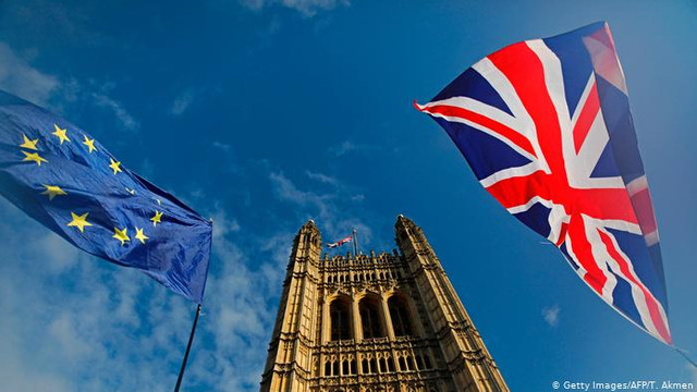 În Marea Britanie, liderul partidului Brexit anunță că nu se va opune Partidului Conservator la alegerile de luna viitoare