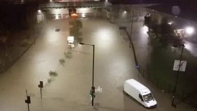 VIDEO | Inundaţii severe în Marea Britanie. O femeie, luată de o viitură, a murit