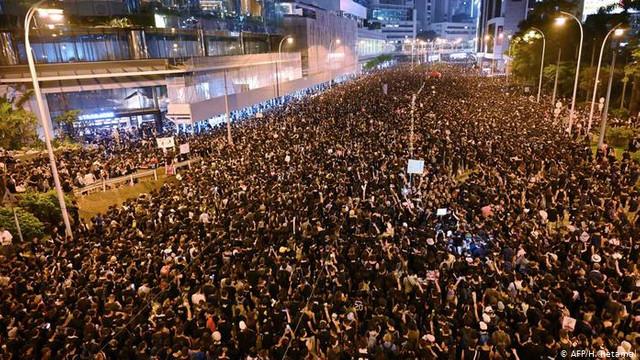 Protestatarii blocați de poliție într-o universitate din Hong Kong au încercat să spargă blocada