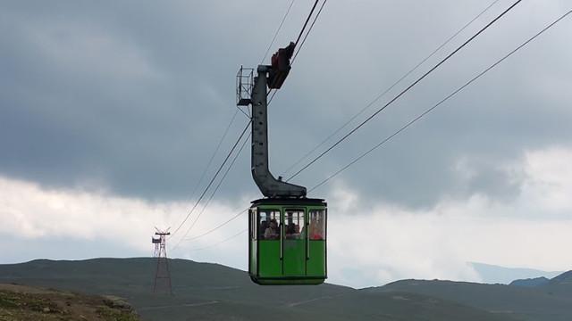 Turiștii nu pot ajunge la cabanele de la Bâlea Lac după ce telecabina a fost oprită din cauza vântului