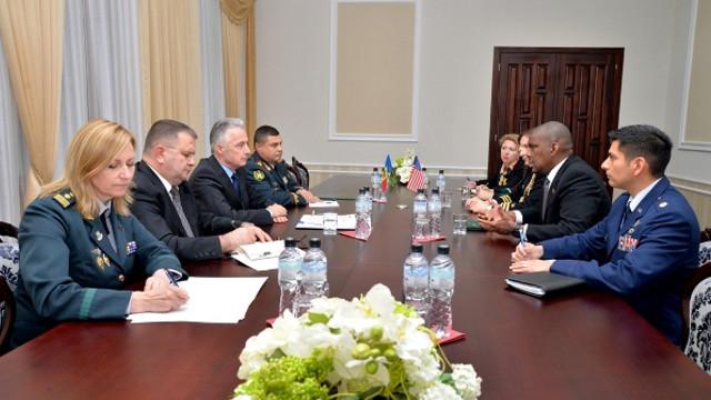 Victor Gaiciuc a apreciat, în cadrul întrevederii cu ambasadorul american, asistența SUA în domeniile vitale ale apărării