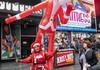 Sute de Moşi Crăciuni, elfi şi alte personaje au defilat prin New York cu ocazia evenimentului SantaCon