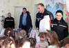 Polițiștii din Galați au oferit cadouri, jucării și dulciuri copiilor de la o grădiniță din Giurgiuelști