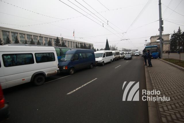 FOTO | Greva transportatorilor. Peste 300 de microbuze au fost parcate în PMAN. În centrul orașului s-au format ambuteiaje