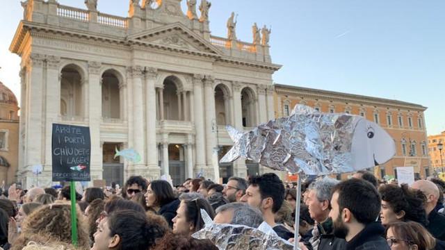 """Protestul """"Sardinelor"""". Manifestație masivă în centrul Romei împotriva lui Matteo Salvini"""