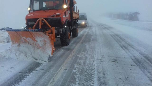 VIDEO Circulaţia pe Transalpina, cel mai înalt drum din România, restricţionată. Cât este stratul de zăpadă