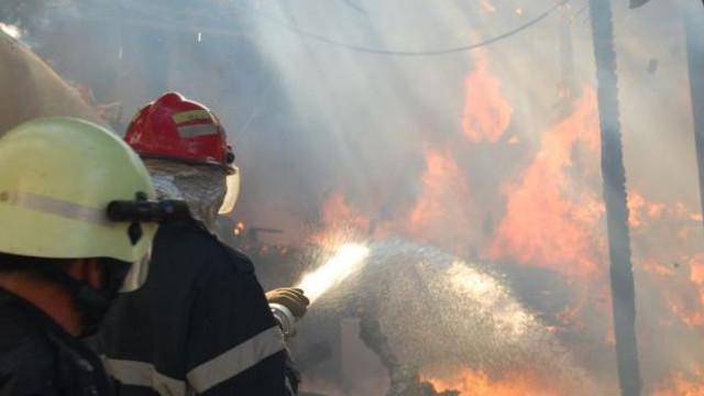 VIDEO | Incendiu puternic la o fabrică din Râbnița. O suprafață de 500 de metri este cuprinsă de flăcări