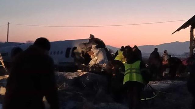 VIDEO | Avion prăbușit în Kazahstan. Sunt cel puțin 14 morți, la bord se aflau 98 de persoane