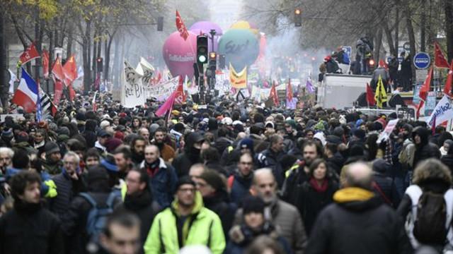 Franța, paralizată de o nouă zi de proteste. 1,5 milioane de oameni au protestat joi in țară