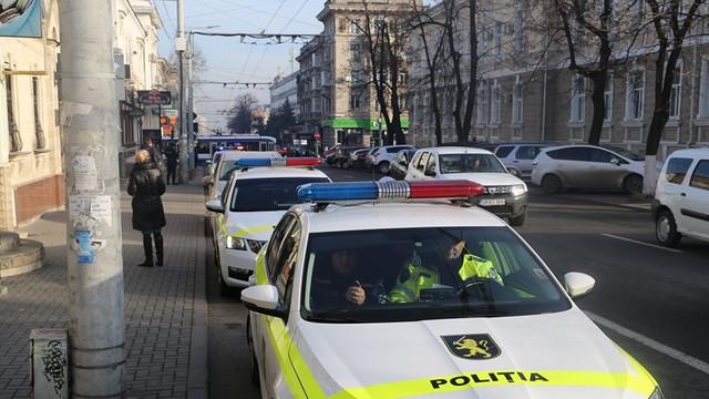 FOTO | O autospecială și cinci mașini ale poliţiei cu girofarul conectat trec prin traficul din Chișinău. Cum au reacționat șoferii
