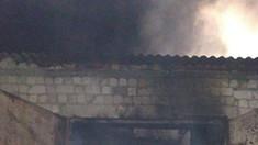 Incendiu la Călărași. Focul a afectat 200 de metri pătrați din suprafața acoperișului unui garaj și a distrus un microbuz