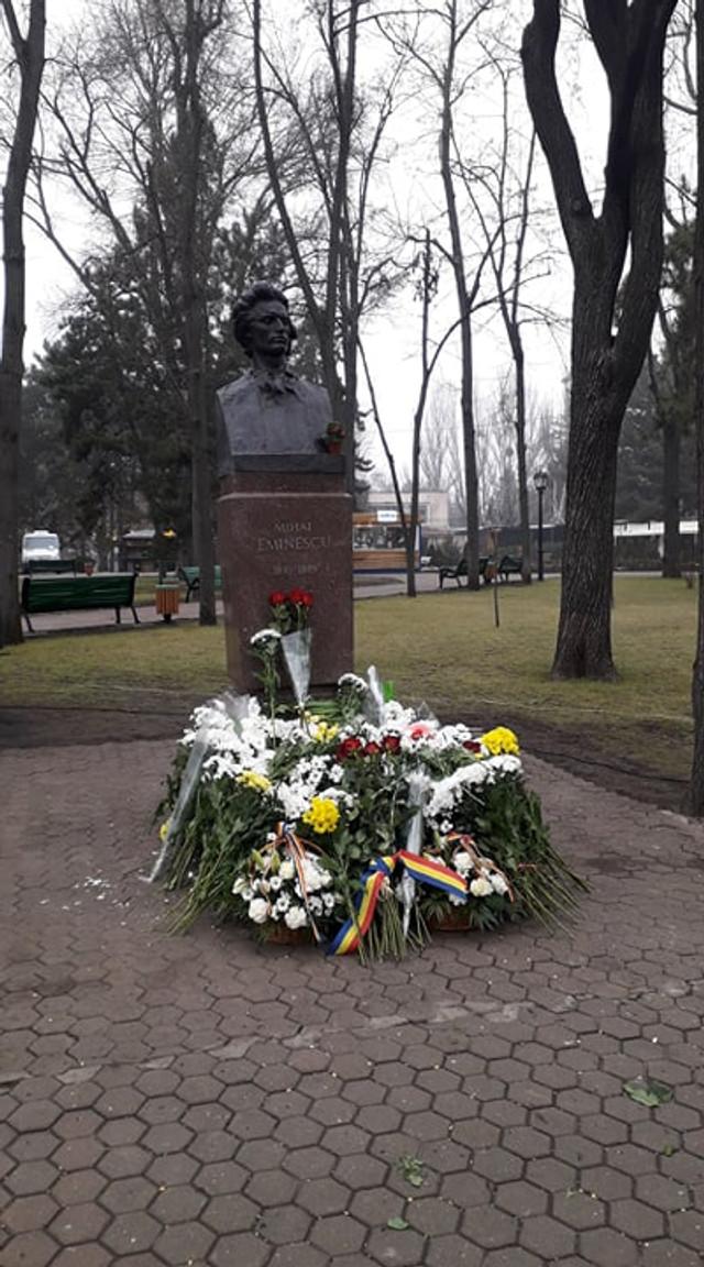 Academicieni și oameni simpli au adus flori la bustul marelui scriitor Mihai Eminescu: Astăzi ne spunem cuvinte de dragoste cu cuvintele lui Eminescu