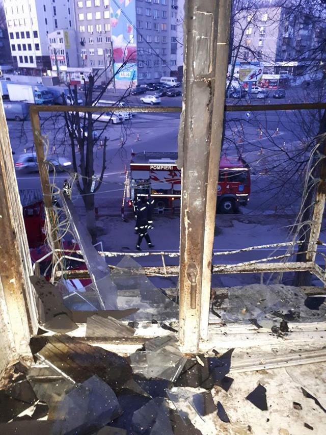 FOTO | Un apartament a ars la Botanica. Trei minori s-au intoxicat cu fum, iar o femeie a murit în drum spre spital