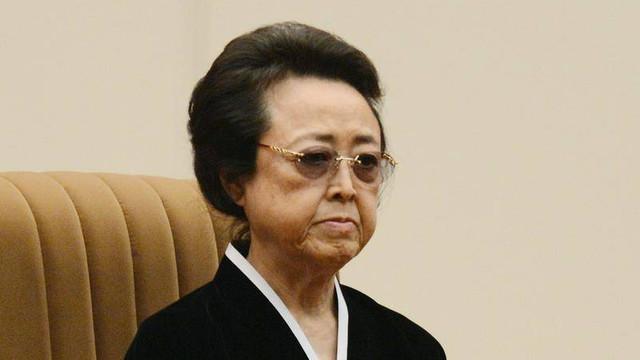 Fiica fondatorului Coreii de Nord, mătuşa lui Kim Jong-un, văzută în public pentru prima dată după executarea soțului ei de către acesta
