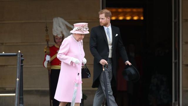 Regina Elisabeta, de acord cu distanțarea de familia regală a ducilor Harry și Meghan