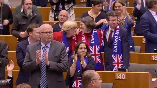 VIDEO | Final emoționant al Brexit-ului în Parlamentul European: Eurodeputații s-au ținut de mână și au cântat Auld Lang Syne