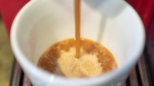 Majoritatea aparatelor de cafea ar fi pline de bacterii şi mucegai