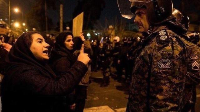 """""""Dușmanul nostru nu este America, dușmanul nostru este chiar aici"""". Duminică au loc noi proteste în Iran, iar ziarele au început să critice puterea"""