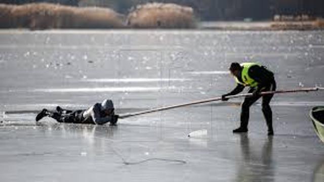 Copilul căzut sub gheața unui lac din Capitală rămâne internat la reanimare