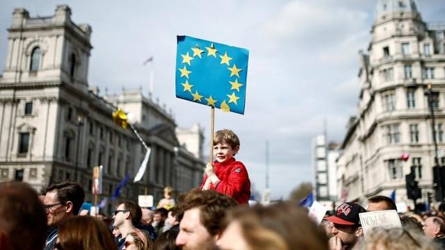 Aproximativ 2,5 milioane de cetăţeni UE au primit dreptul de a rămâne în Regatul Unit după Brexit