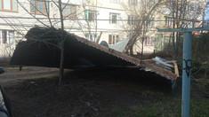 FOTO | Acoperișuri distruse și copaci doborâți în mai multe localități din R.Moldova din cauza vântului