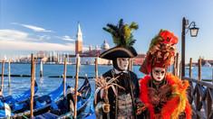 Un locuitor din raionul Glodeni confecţionează măşti pentru Carnavalul de la Veneţia