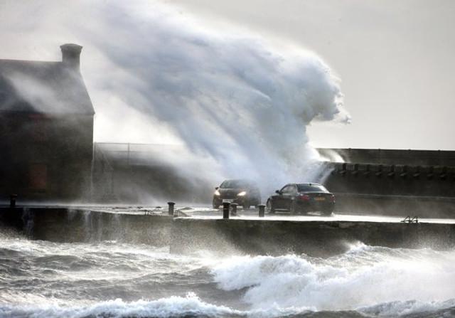 """FOTO: Marea Britanie, devastată de Ciara, """"furtuna secolului"""". Zboruri și trenuri anulate, drumuri și autostrăzi închise"""