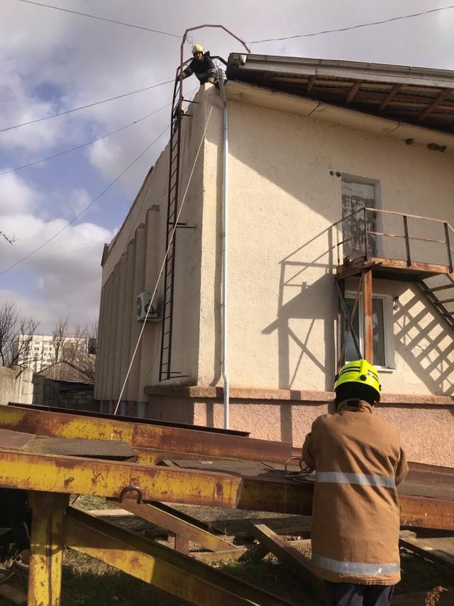 FOTO   Salvatorii au intervenit pentru deblocarea mai multor porțiuni de construcții smulse în urma vântului