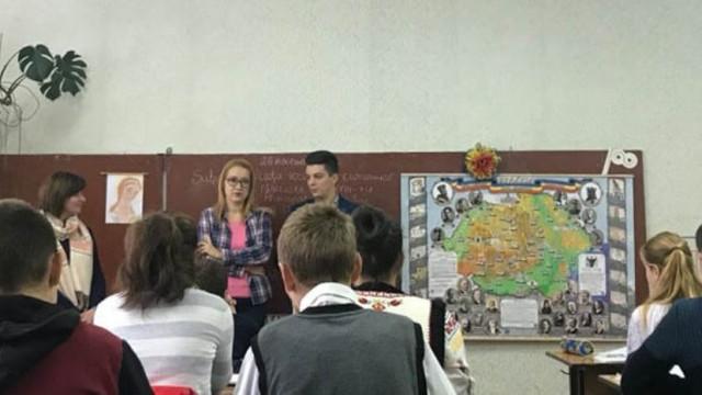 """""""Fratele meu de peste Prut"""": O profesoară de istorie din Buzău le predă elevilor săi despre Unire și Basarabia"""