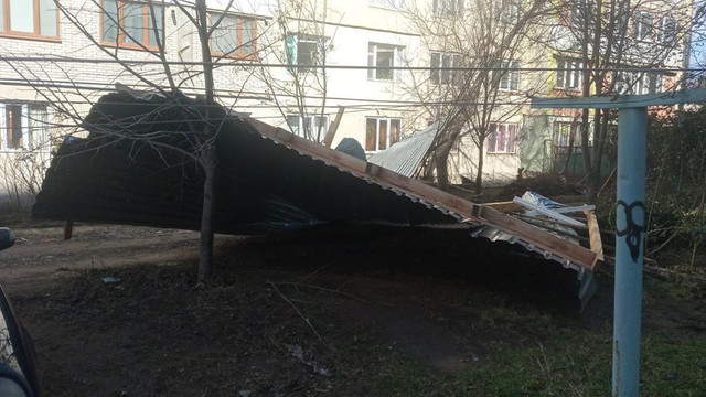 FOTO   Acoperișuri distruse și copaci doborâți în mai multe localități din R.Moldova din cauza vântului