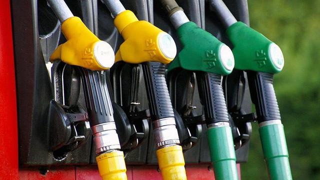 ANRE ar putea stabili din nou prețurile plafon la carburanți. EXPERȚI: Este o practică greșită și comportă un caracter electoral