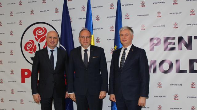 Pavel Filip, la întrevederea cu ambasadorul Daniel Ioniță: Indiferent de culoarea politică a guvernelor de la Chişinău şi Bucureşti, sprijinul României are culoarea tricolorului