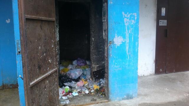 Activiștii de mediu: Tuburile de evacuare a deșeurilor din blocuri sunt adevărate focare de infecții, fiind și adăpost pentru șobolani și insecte