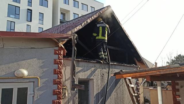 FOTO | Două echipaje de salvatori au intervenit pentru stingerea unei case din Chișinău