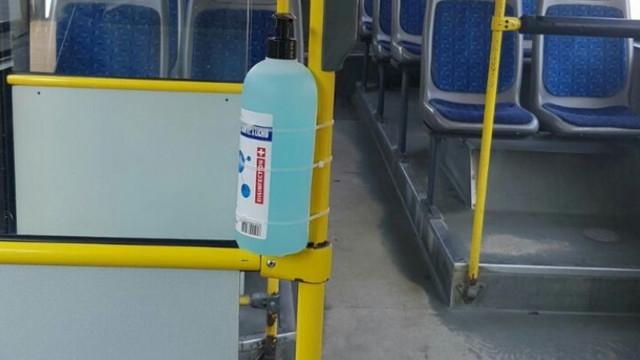 Transportul public din Capitală este dotat cu dozatoare pentru dezinfectarea mâinilor