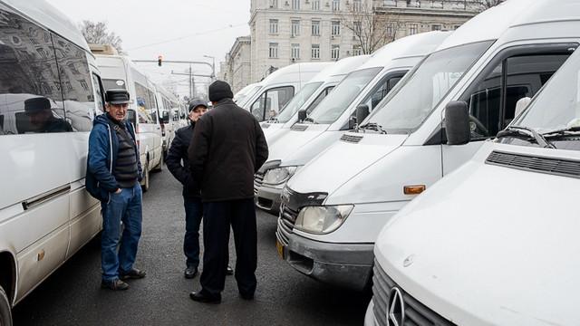 Autoritățile promit în 2 zile să vină cu soluții în cazul rutelor de microbuz suspendate