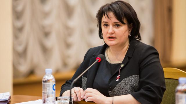 FOTO | Ministrul Sănătății, Viorica Dumbrăveanu, surprinsă într-un supermarket fără mască de protecție și mănuși, în plină pandemie COVID-19. Cum a reacționat premierul Ion Chicu