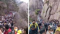 Chinezii se îmbulzesc în număr mare în stațiuni turistice după ridicarea interdicțiilor, deși riscurile sunt, în continuare, mari