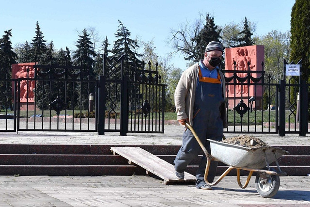 FOTO | Lucrările de milioane la Memorialul Eternitate continuă; Oamenii, impuși să lucreze în pofida riscurilor (jurnal.md)