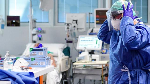 """SăntătateInfo/Medic: """"Este ca și cum ne-au trimis la război, dar numai cu bastoane în mână"""" (Revista presei)"""