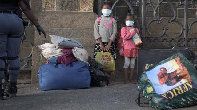 Africa de Sud a luat măsuri de distanțare socială extrem de dure. Oamenii acuză abuzuri ale forțelor de ordine