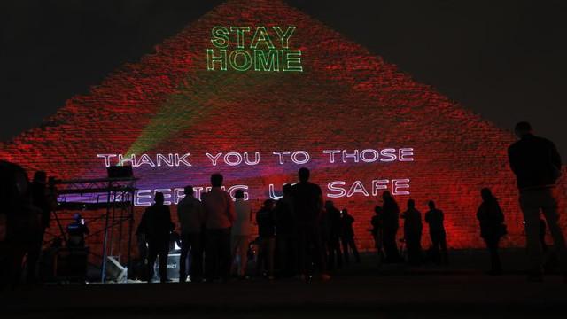 Mesajul egiptenilor în plină pandemie. Piramidele au fost iluminate cu mesaje de solidaritate