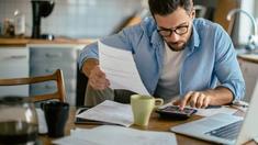 """Vă gândiți să contractați un împrumut? Ce trebuie să știți pentru a nu fi """"jupuiți"""" de creditori (Bizlaw)"""