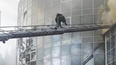 VIDEO | Incendiul de la Moldexpo a fost lichidat. Peste 60 de pompieri au luptat timp de o oră cu flăcările