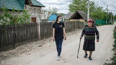 Tineri voluntari au comunicat cu persoane în etate pentru a se susține reciproc în timpul pandemiei