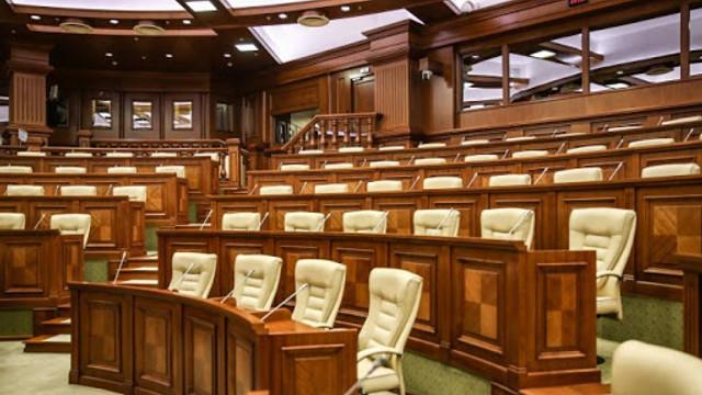 Deputații din opoziție acuză conducerea parlamentului că nu respectă măsurile epidemiologice și au cerut o pauză