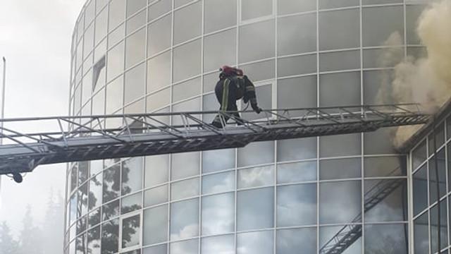 VIDEO   Incendiul de la Moldexpo a fost lichidat. Peste 60 de pompieri au luptat timp de o oră cu flăcările