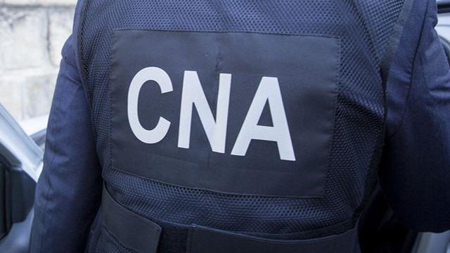 """Percheziții la postul vamal """"Petricani"""". Cinci brokeri vamali, reținuți de ofițerii CNA (TV8)"""