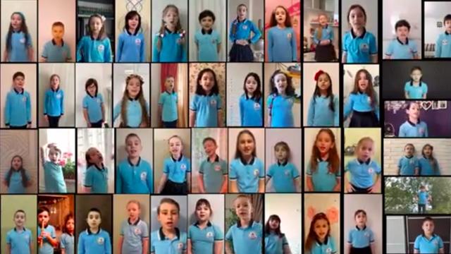 VIDEO | S-au îmbrăcat frumos și s-au așezat în fața calculatorului. Cum au sărbătorit elevii din R.Moldova ultimul clopoțel