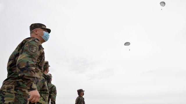 VIDEO | Salturi cu parașuta ale militarilor moldoveni, după o pauză impusă de pandemie